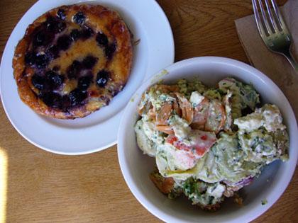 サラダとブルーベリーデニッシュ