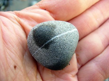 ハチマキ石