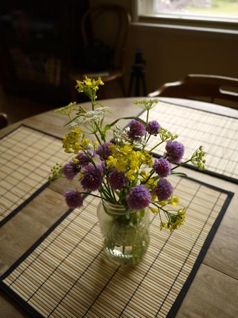 庭の花を摘む